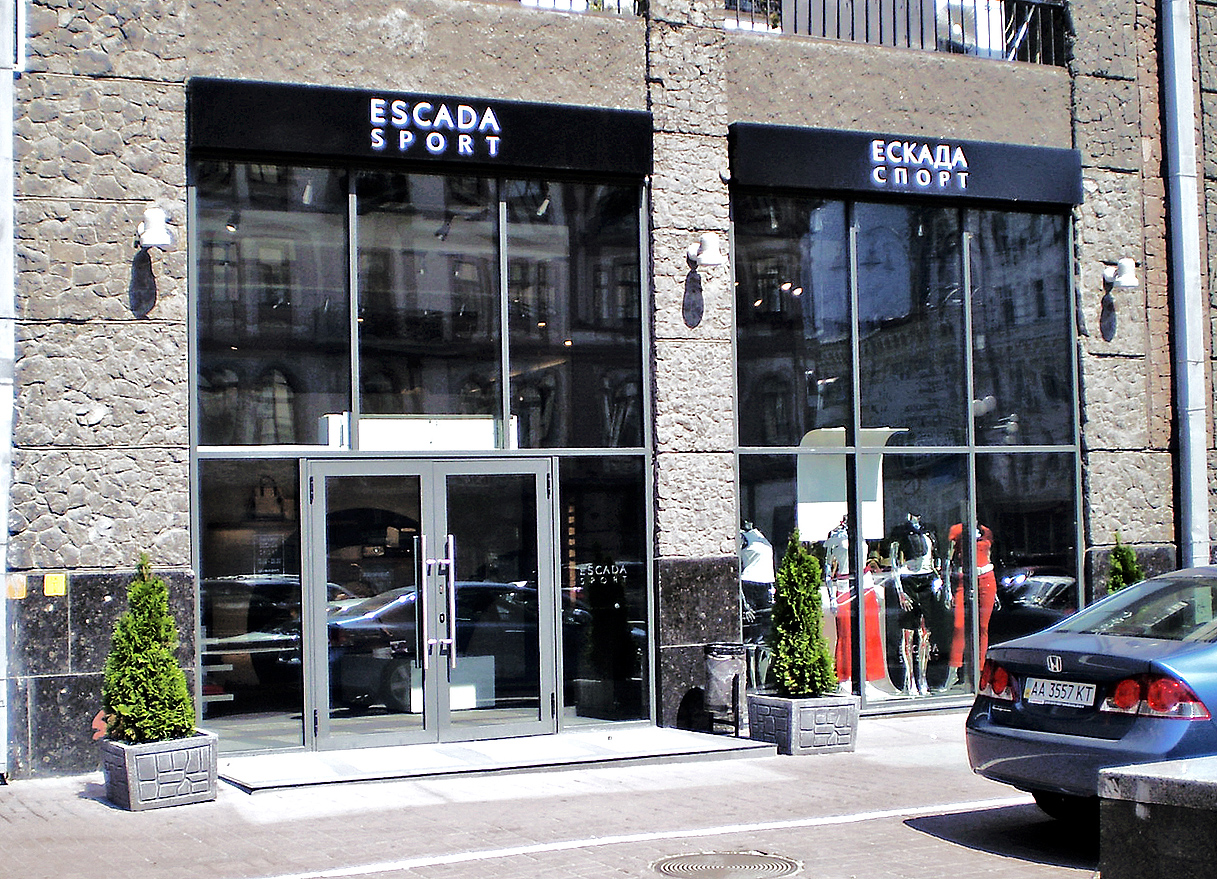 Виготовлення та монтаж вивісок для магазину одягу «Escada Sport»