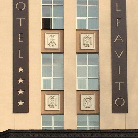 Виготовлення та монтаж вивісок для готелю «Alfavito»